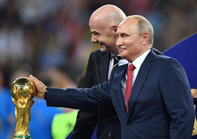 Vladimir Poutine et Gianni Infantino lors de la cérémonie de remise du trophée du Mondial 2018