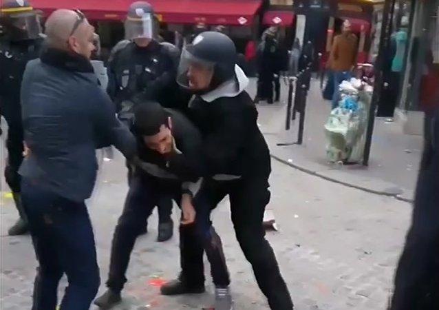 Une image d'Alexandre Benalla violentant un étudiant pendant une manifestation du 1er mai à Paris