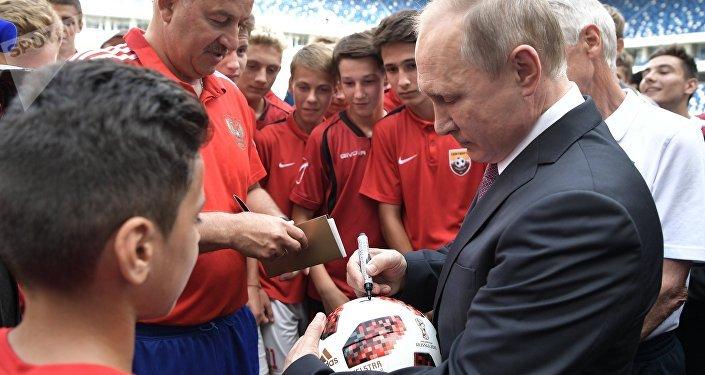 Vladimir Poutine sur la pelouse du stade de Kaliningrad