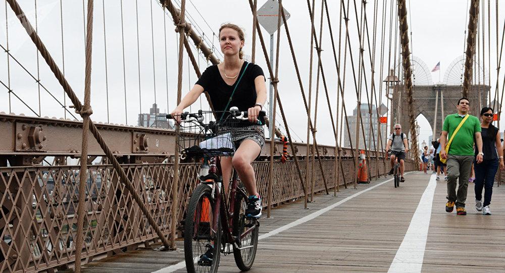 Une cycliste sur un pont