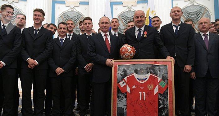 Poutine répond à une invitation à jouer au football