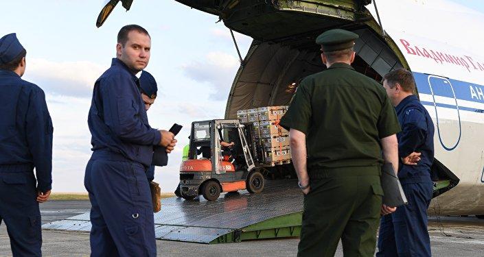 Chargement de l'aide humanitaire française destinée à la Syrie à bord d'un Antonov 124 russe