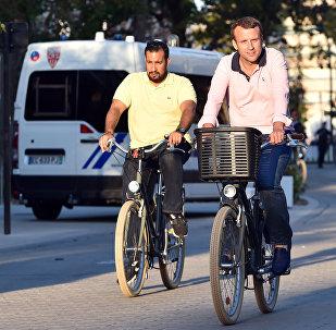 Alexandre Benalla, colaborador de la Presidencia francesa, y Emmanuel Macron, presidente de Francia
