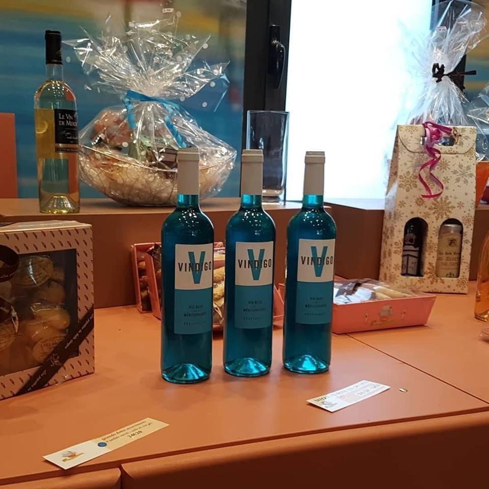 Les bouteilles du vin bleu Vindigo
