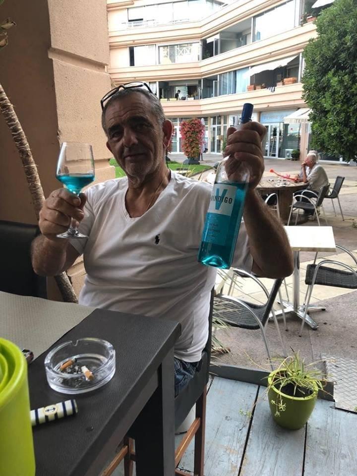 Un homme avec un verre de Vindigo