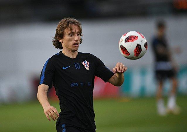 Luka Modric joue avec un ballon lors d'une séance d'entraînement avant le match de quart de finale de la Coupe du monde entre la Russie et la Croatie, le 4 juillet 2018