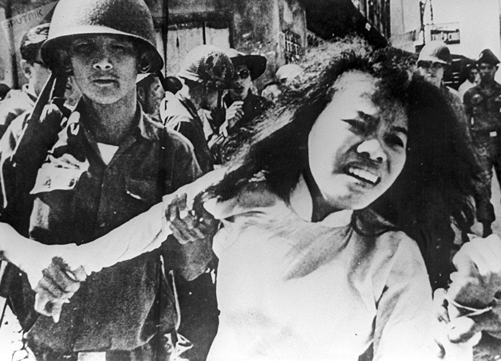 Des soldats américains arrêtent des Vietnamiens soupçonnés d'être liés aux guérilleros. Guerre du Vietnam