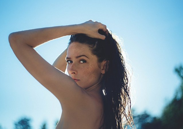 Une jeune fille topless