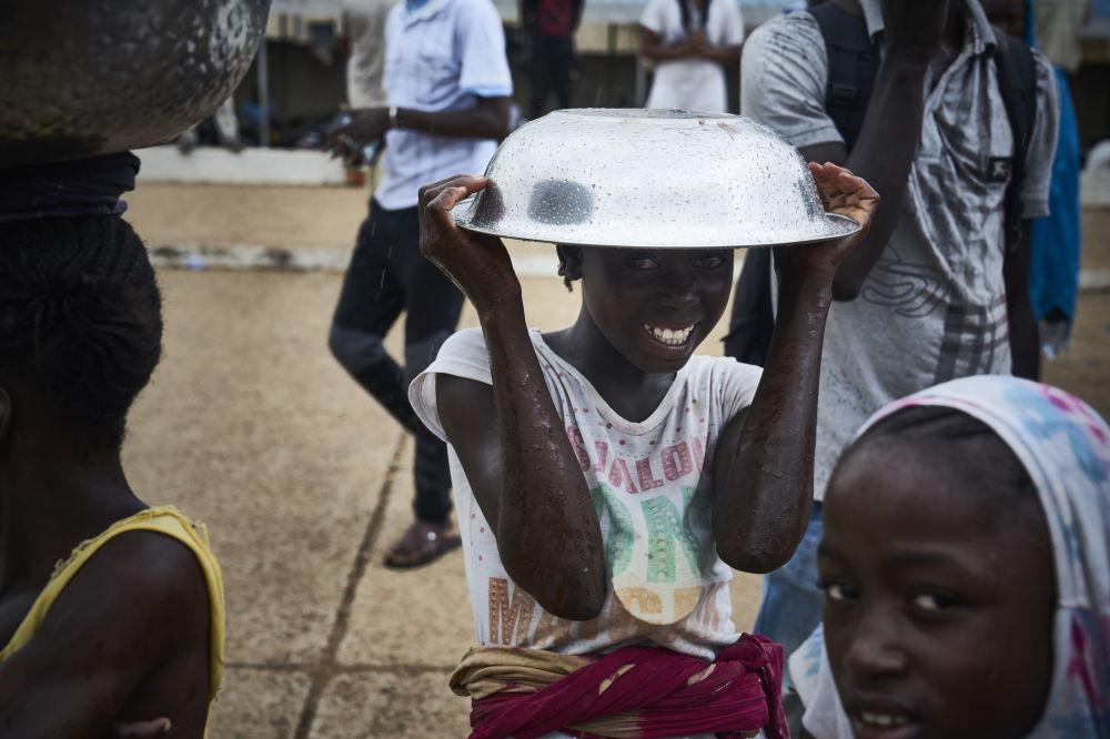 Jeune fille lors d'une manifestation contre le Président sortant du Mali organisée à Bamako à la veille du second tour des élections présidentielles.