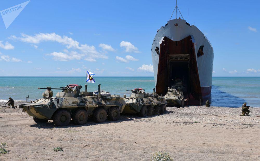 Débarquement de parachutistes du navire Nikolaï Filtchenkov de l'unité de la Flotte russe de la mer Noire lors de manœuvres tactiques avec des tirs réalisées conjointement avec les hommes des unités motorisées de la 7e base du District militaire du Sud en Abkhazie.