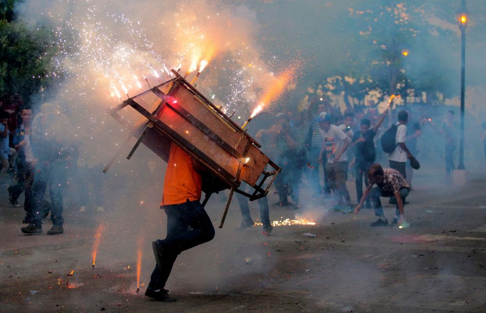 Homme avec un toro encuetado  (taureau aux yeux bandés) lors des festivités en l'honneur de la Vierge Marie à Leon, au Nicaragua