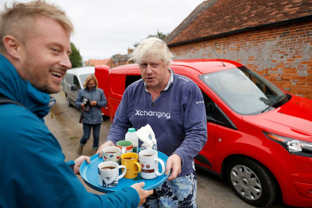 L'ancien ministre britannique des Affaires étrangères Boris Johnson offre du thé aux journalistes devant sa maison d'Oxfordshire