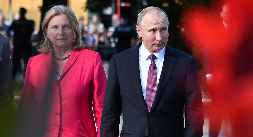 Vladimir Poutine, invité embrassant du mariage d'une ministre autrichienne