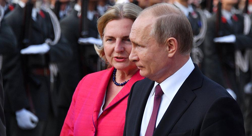 Poutine obligé de travailler aux noces de la ministre autrichienne des Affaires étrangères