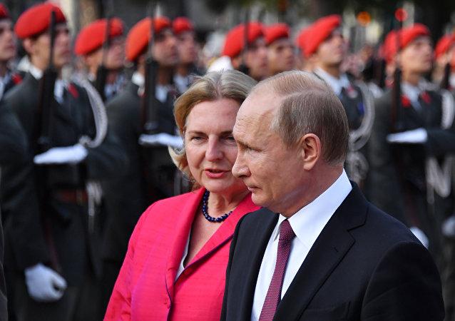 La ministre autrichienne des Affaires étrangères, Karin Kneissl, et le Président russe Vladímir Poutine