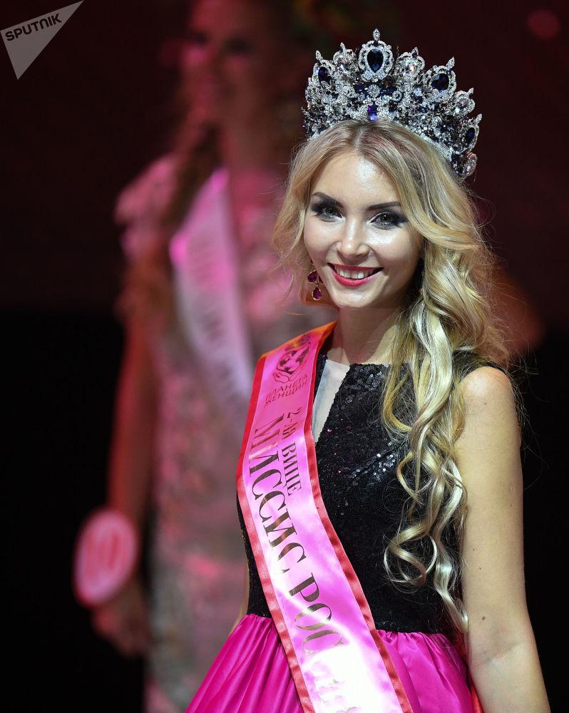 Evguénia Bourlo de la ville de Guélendjik, dans la région de Krasnodar, lors de la finale du concours de beauté national Madame Russie 2018 dans la salle de concert Planeta KVN à Moscou.