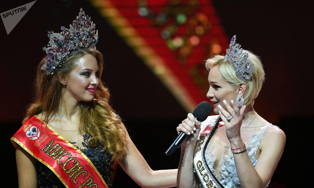 Polina Dibrova, sacrée Madame Russie 2017 (à gauche), lors de la finale du concours de beauté national Madame Russie 2018 dans la salle de concert Planeta KVN à Moscou.