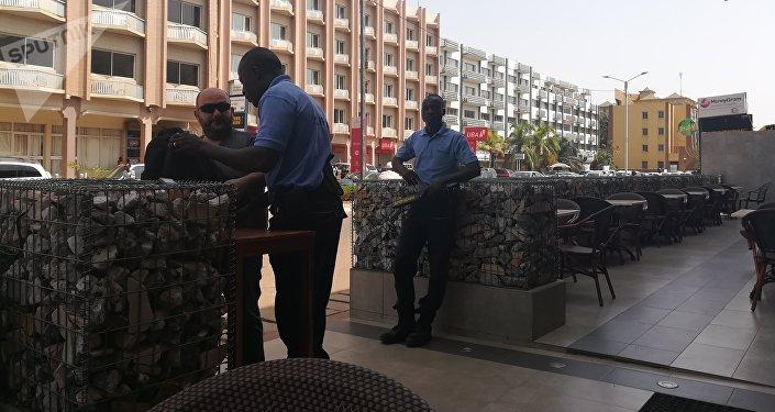 Fouille et inspection minutieuses par des vigiles à l'entrée du café-restaurant. Juin 2018