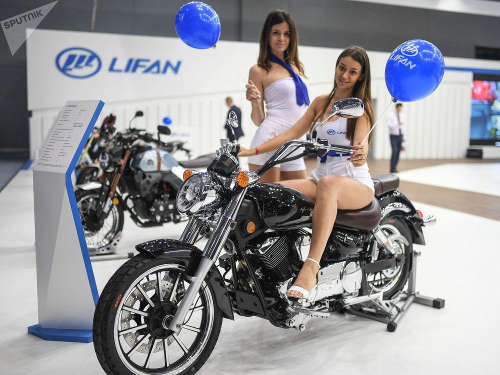 Les plus belles filles du Salon international de l'automobile de Moscou
