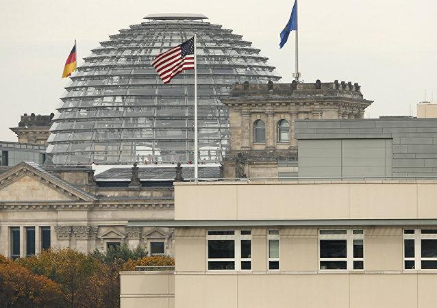 Un drapeau américain sur le bâtiment de l'ambassade US à Berlin