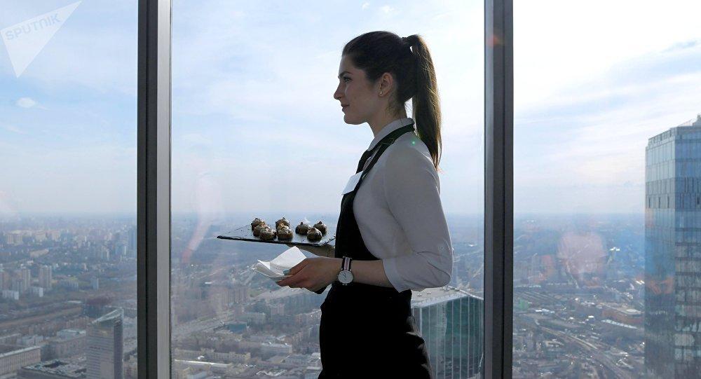 Une serveuse a l'habitude d'aller au travail sans soutien-gorge, voici comment cela finit (image d'illustration)