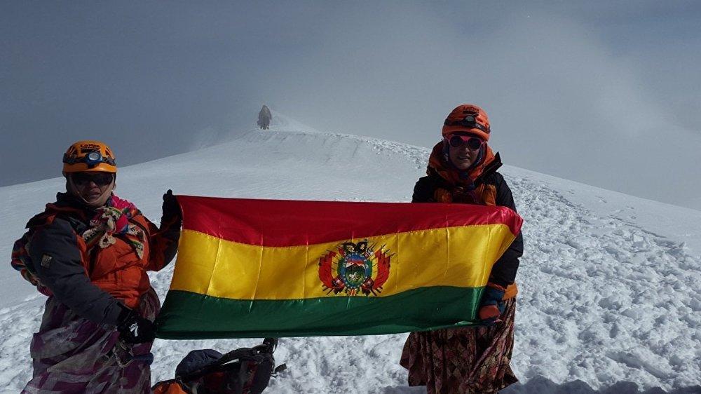 Les Cholitas sont des femmes alpinistes en Bolivie