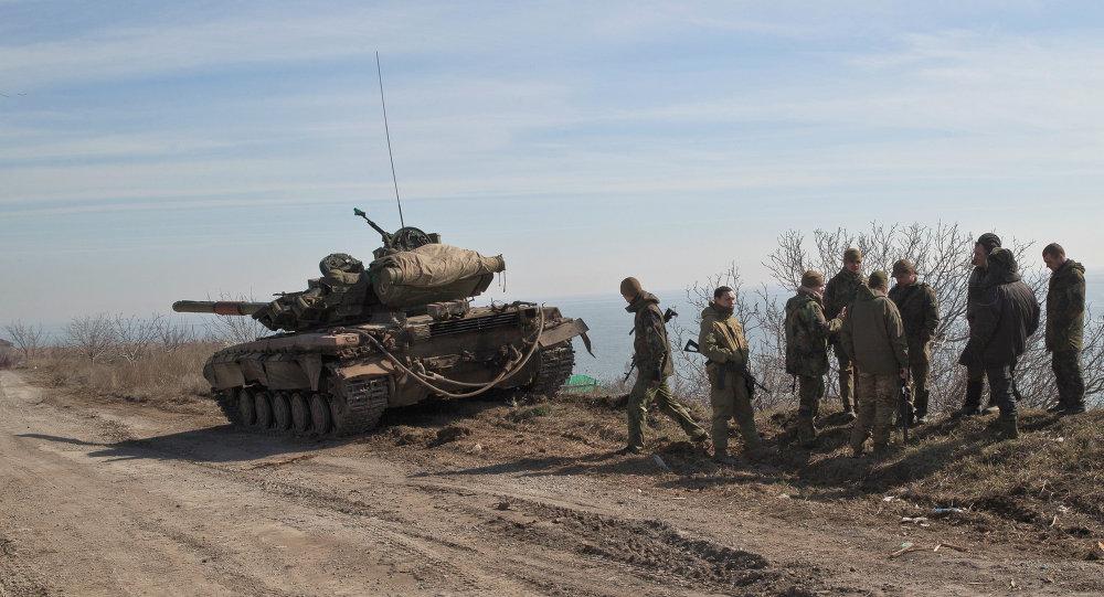 Des militaires ukrainiens en position à l'est de Marioupol, un port sur la mer d'Azov