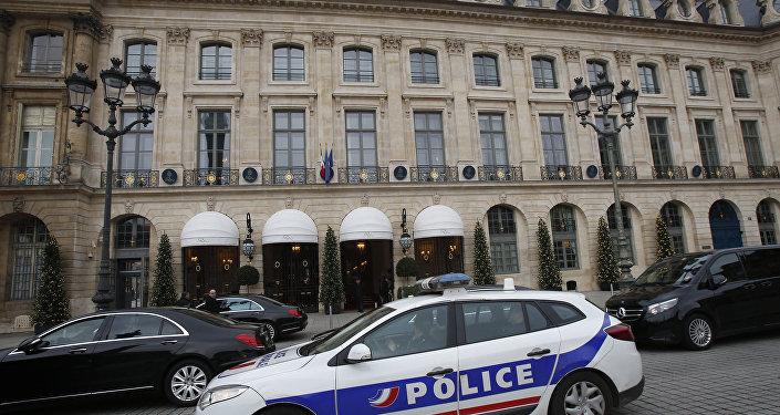 La police parisienne devant l'hôtel Ritz suite à un vol de bijoux en janvier 2018