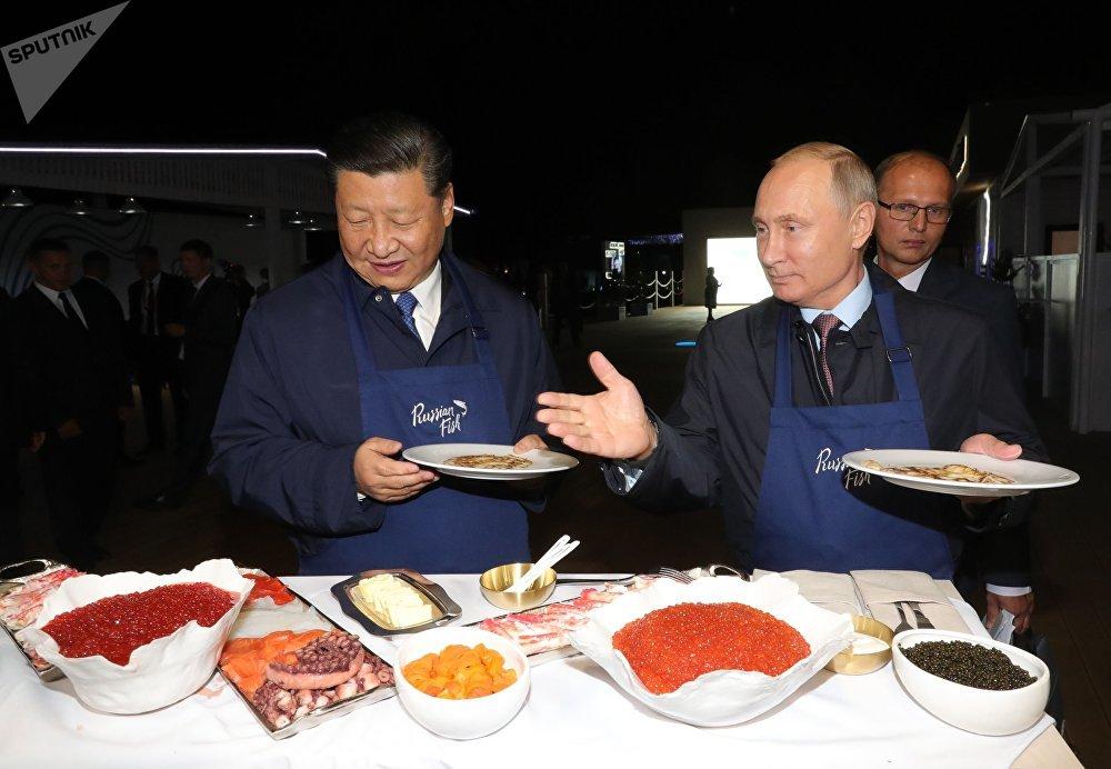 Les Présidents russe et chinois ont visité, en marge du Forum économique oriental de Vladivostok, une exposition où ils ont eu l'occasion de préparer des crêpes