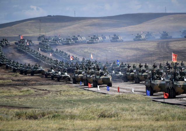 Un défilé des participants aux manoeuvres militaires Vostok 2018