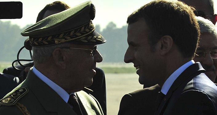 Le Président Emmanuel Macron et le général de corps d'armée Ahmed Gaïd Salah, le 6 Dec, 2017 à Alger.