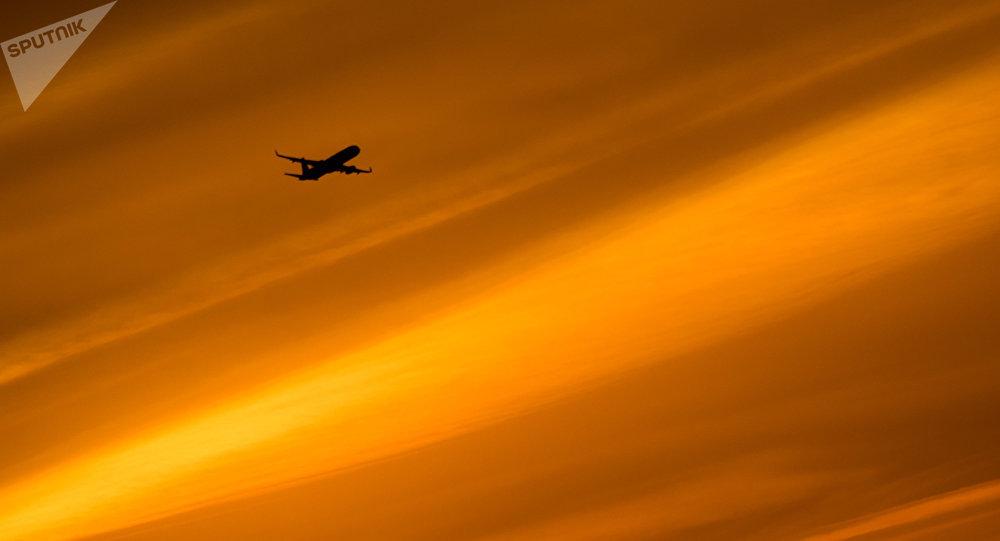 Un avion dans le ciel (image d'illustration)