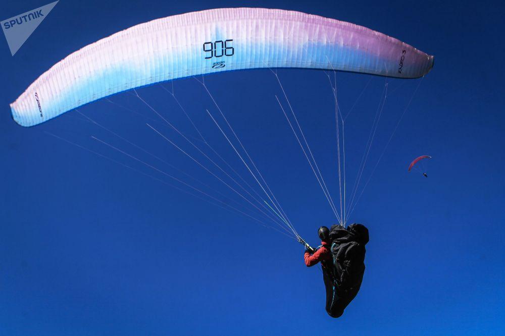 Vol en parapente au-dessus de la gorge de Chegem