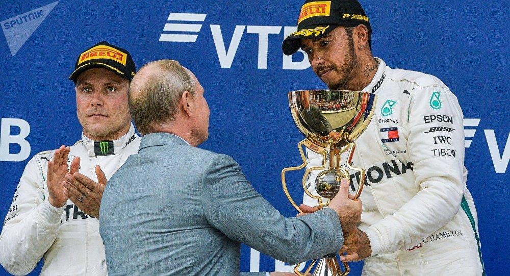Lewis Hamilton reçoit le trophée des mains de Vladimir Poutine