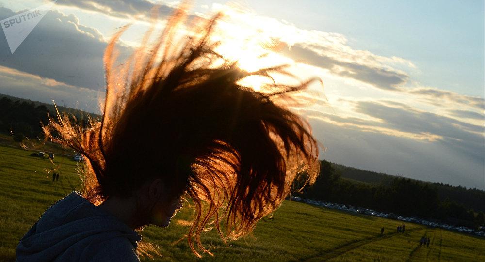 Une jeune fille aux cheveux longs