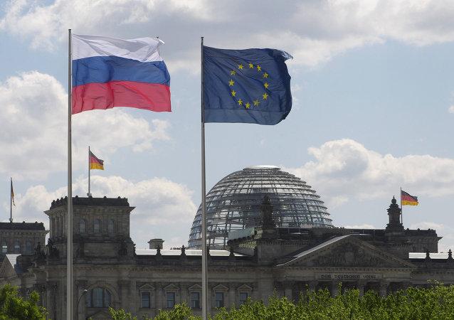 Les drapeaux de la Russie, de l'UE et de l'Allemagne