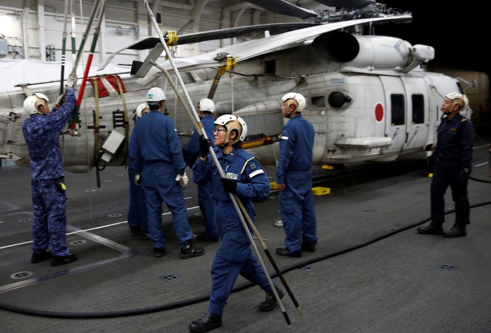 L'équipage féminin du destroyer porte-hélicoptères japonais Kaga