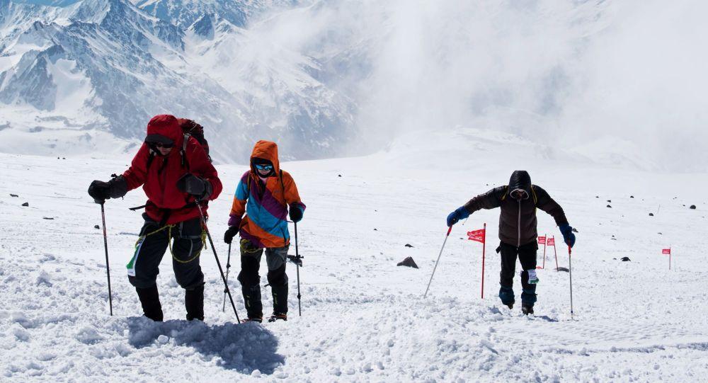 À 83 ans, il réussit l'ascension du plus haut sommet d'Europe