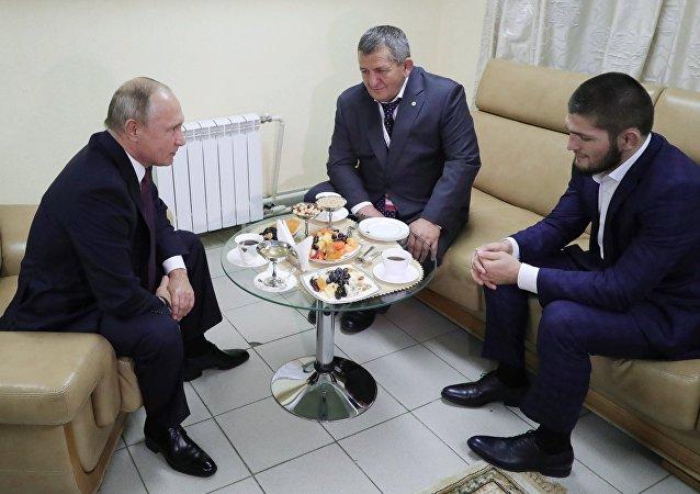 Vladimir Poutine et Khabib Nurmagomedov avec son père