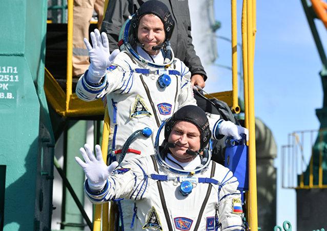 L'équipage de la mission ISS-57/58 avant le lancement de la fusée Soyouz MS-10