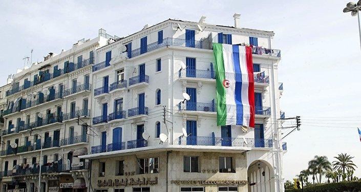 Les drapeaux algérien et français sur un immeuble à Alger lors de la visite du Président Jacques Chirac en mars 2003