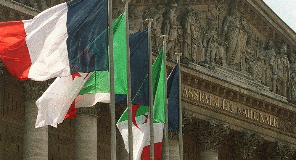 Les drapeaux algérien et français