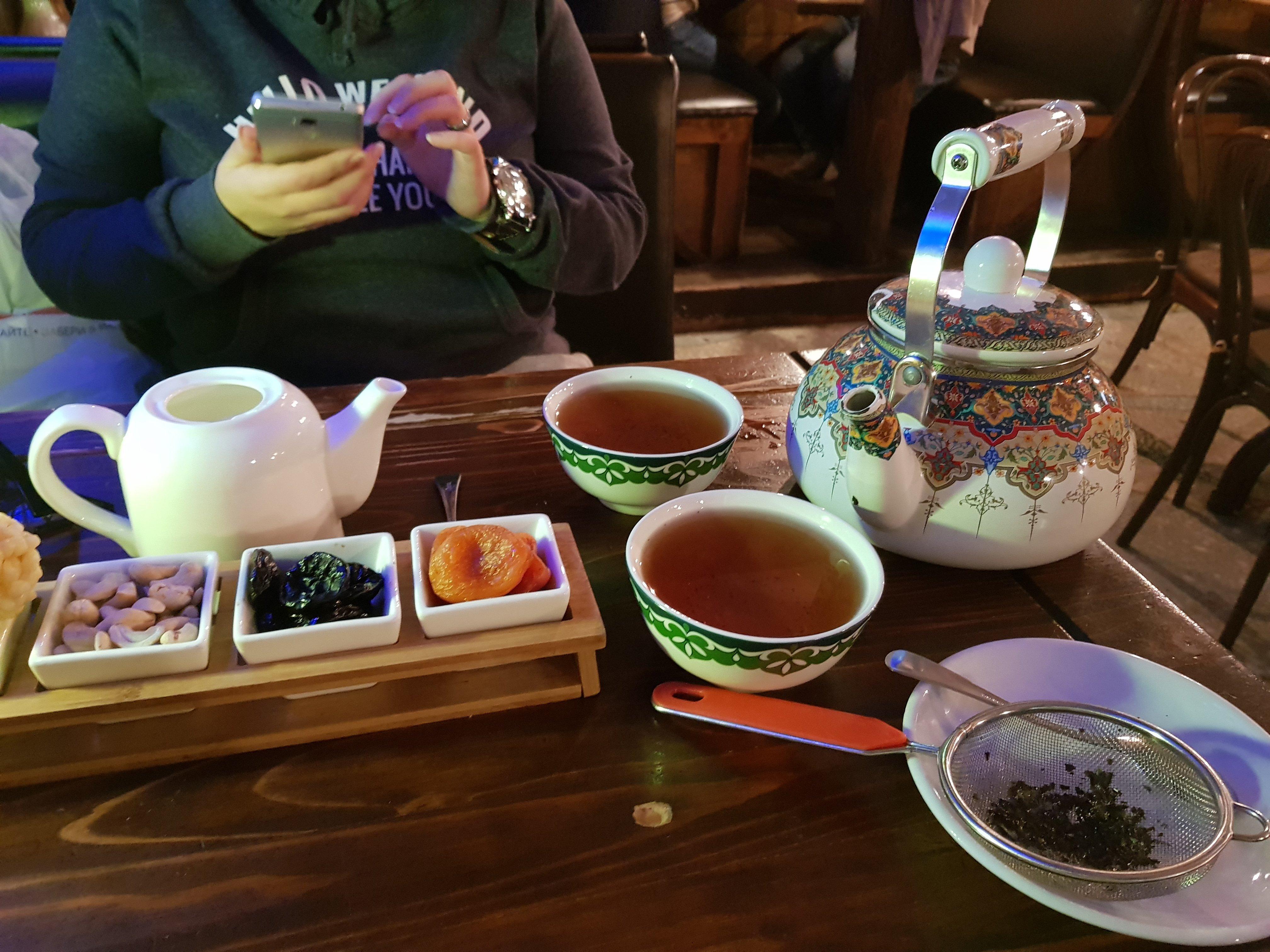 Du thé tatar avec les sucreries