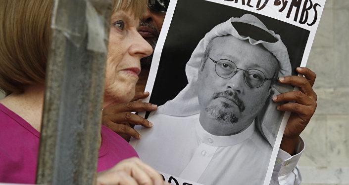 Manifestante avec un portrait de Jamal Khashoggi