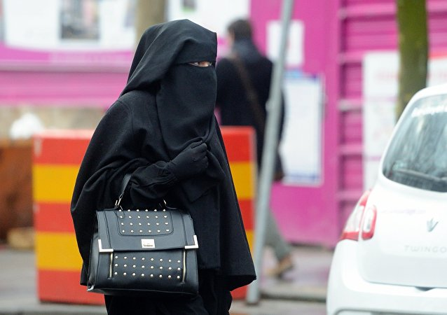 Une femme habillée en niqab en France. Photo d'archive