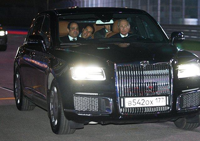 Vladimir Poutine et Abdel Fattah al-Sissi testent une limousine russe haut de gamme