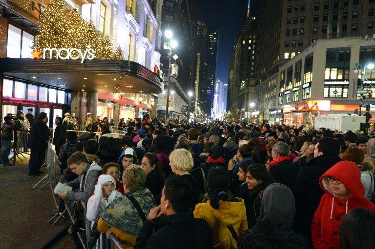 Une foule rassemblée devant un magasin de New York le jour de Black Friday