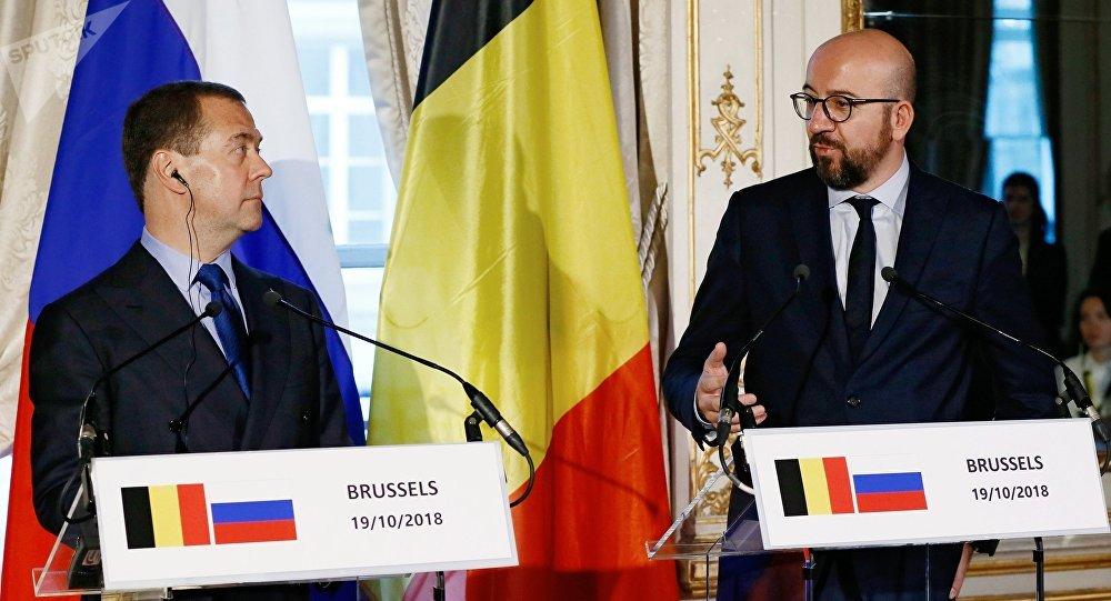 Dmitri Medvedev et Charles Michel lors d'une conférence de presse à Bruxelles
