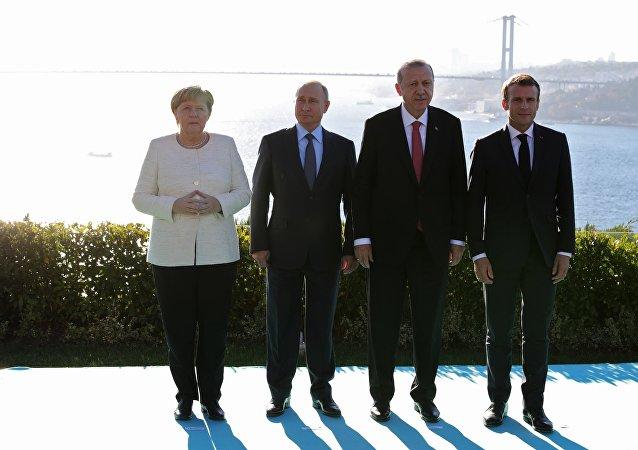 Angela Merkel, Vladimir Poutine, Recep Tayyip Erdogan et Emmanuel Macron avant le sommet à Istanbul