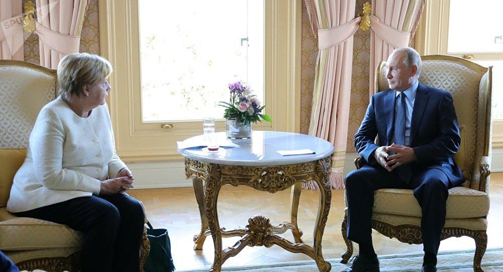 Angela Merkel et Vladímir Poutine lors d'une rencontre, le 27 octobre 2018